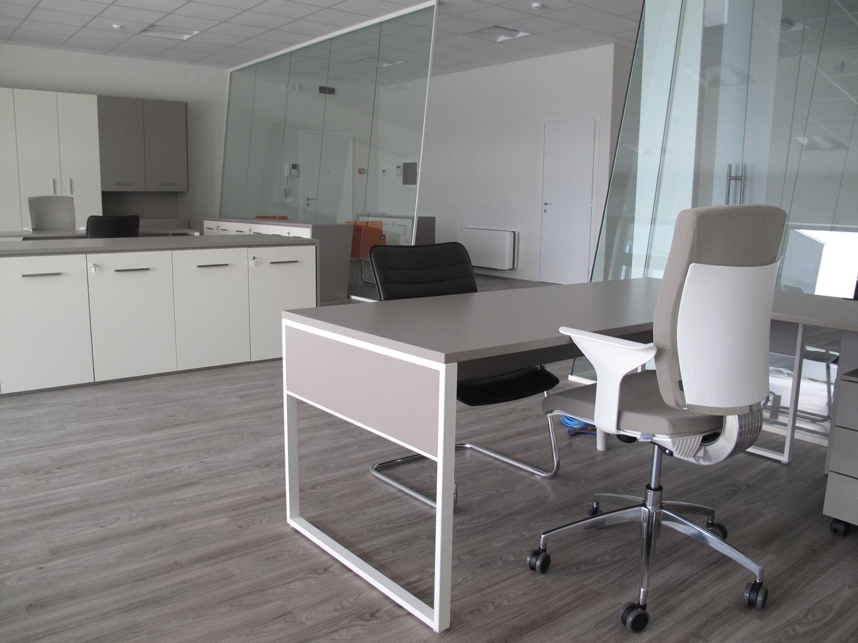 Pareti mobili divisorie in vetro mobili ufficio design in for Mobili ufficio padova