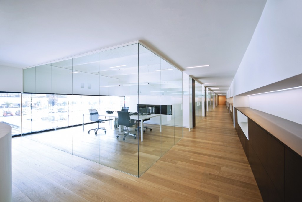 Le pareti divisorie in vetro di zi creative firmano il for Design ufficio vetro