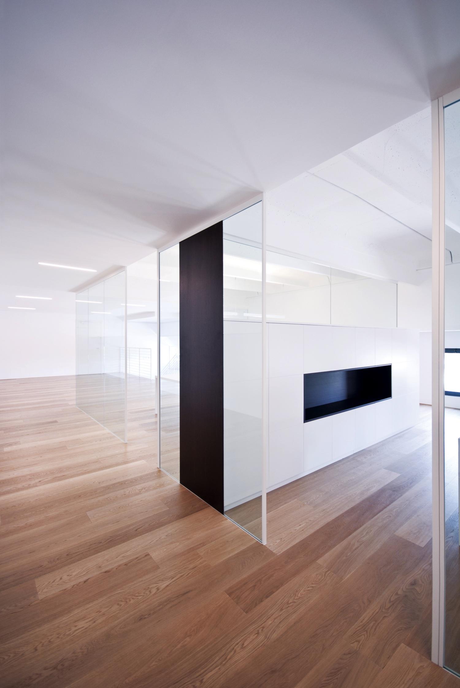 Le pareti divisorie in vetro di zi creative firmano il for Mobili ufficio padova