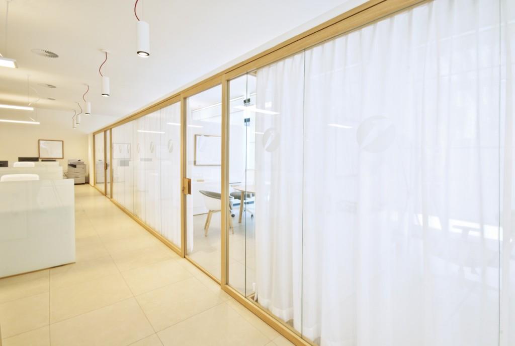 Parete Divisoria Ufficio : Pareti divisorie mobili attrezzate per ufficio in vetro e legno di