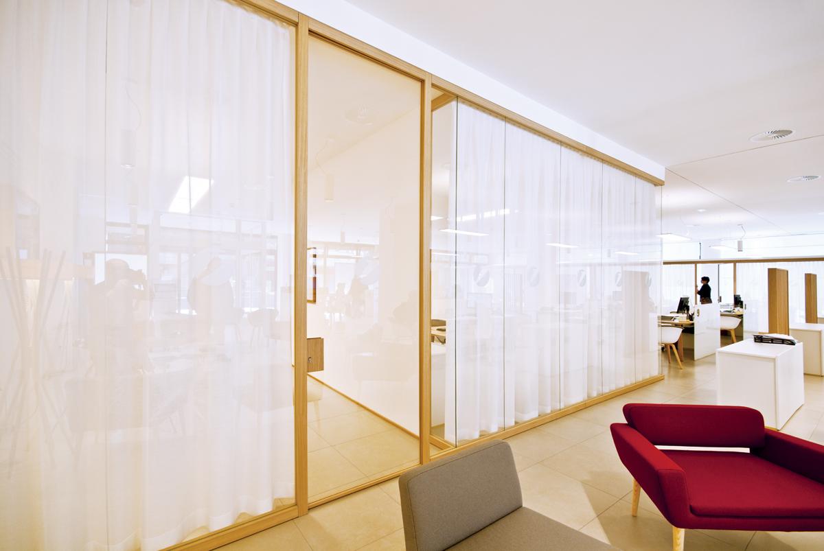 Le pareti divisorie in legno di zi creative trasformano le filiali ...